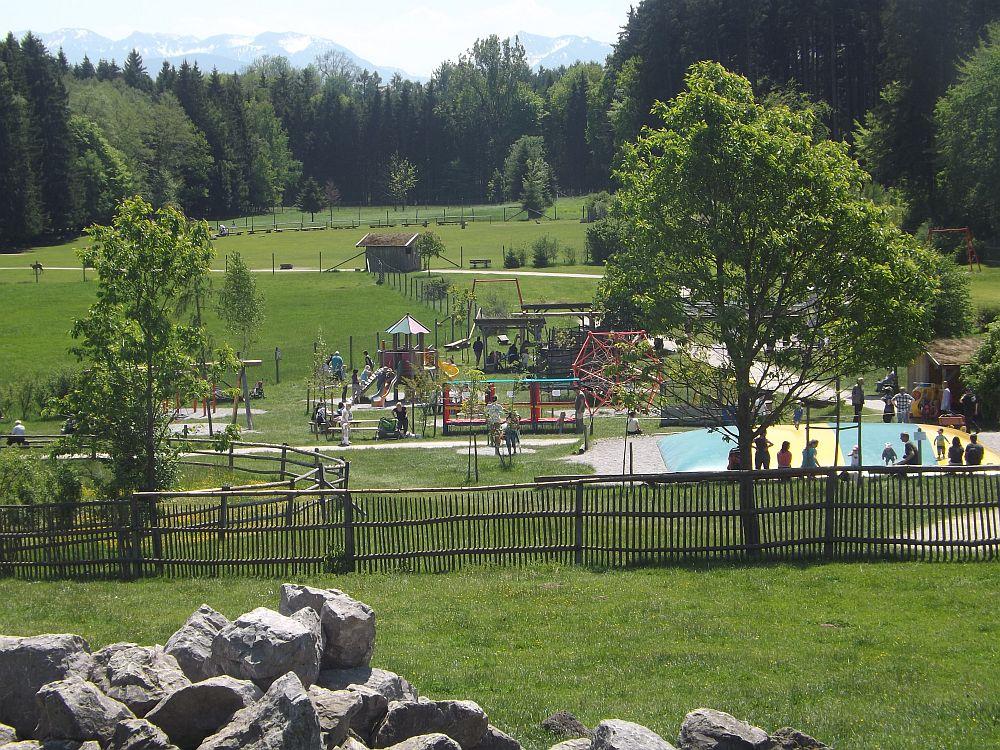 Ausschnitt des Bergtierparks: Spielplatz, davor Streichelzoo, Norikergehege, im Hintergrund Rothirschgehege und Damwild/Mufflon-Anlage mit Greifvogelschau