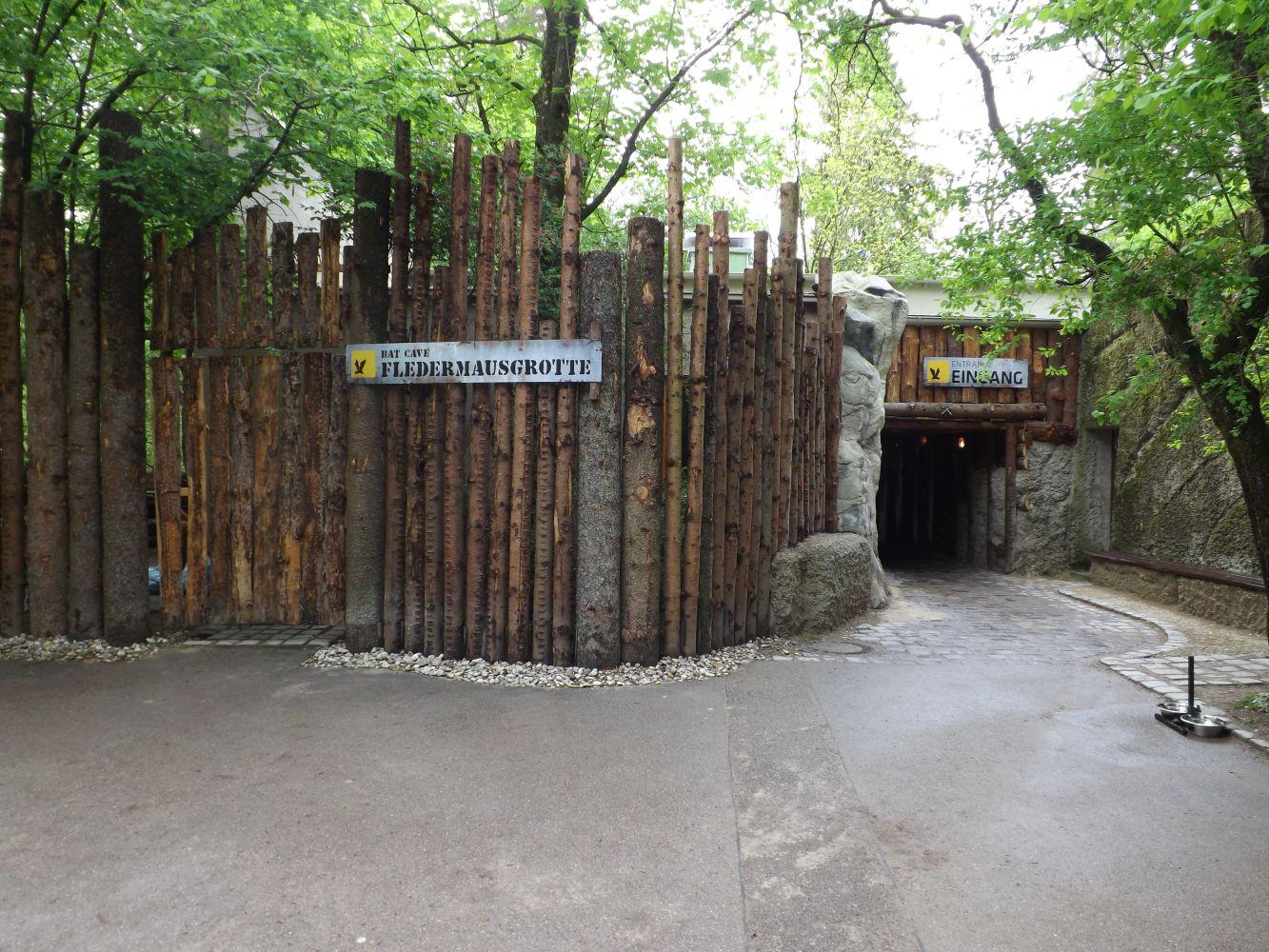 Fledermausgrotte, Eingang (Tierpark Hellabrunn)