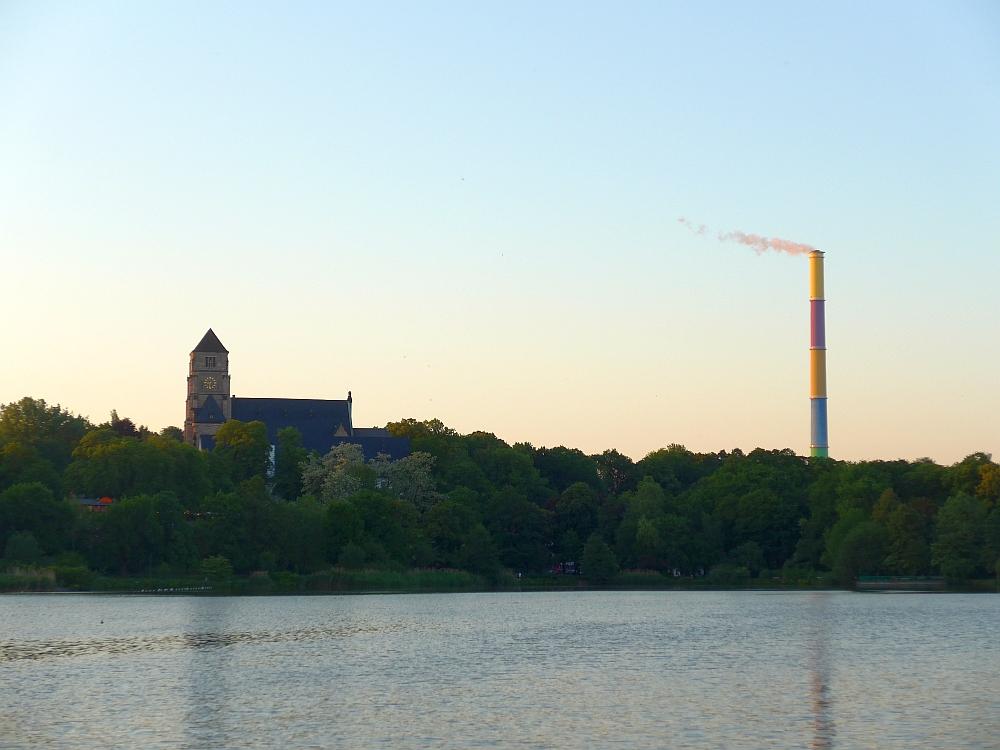 Schornstein des Heizkraftwerk Chemnitz-Nord und Schlosskirche