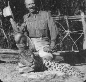 """Jim Corbett mit dem erlegten """"Leopard von Rudraprayag"""", 1925"""